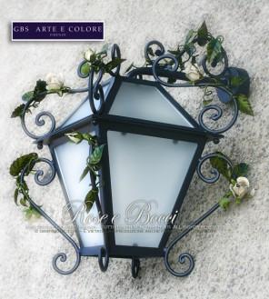 Lanterna nera con rose bianche