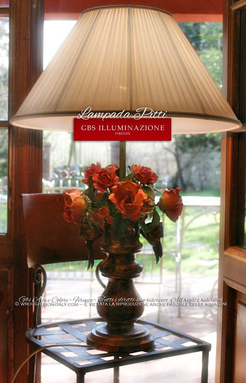Lampada da tavolo in ferro battuto e decorato a mano, collezione Pitti di GBS. Made in Italy