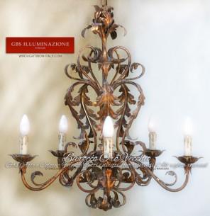 Lampadario a 6 luci in Oro Vecchio Ferro battuto decorato a mano, Oro Foglia. Made in Italy