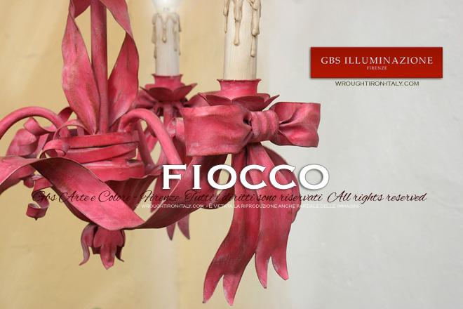 Lampadario Fiocco, tempera cenciata e invecchiata, sfumature del rosa e rosso ciliegia, di GBS.