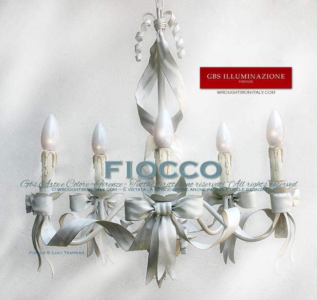 Lampadario Fiocco a 5 Luci di GBS. Colore bianco, finitura in tempera patinata.