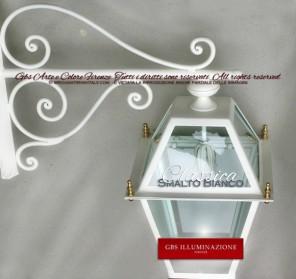 Lanterna applique da muro, con braccio in ferro forgiato. Collezione classica.