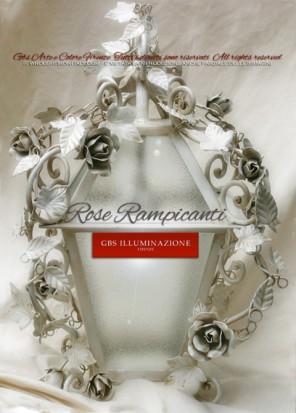 Lanterna romantica in ferro battuto, girali in ferro forgiato con rose, roselline e bocci rampicanti, edera bianca. Finitura in smalto bianco patinato.
