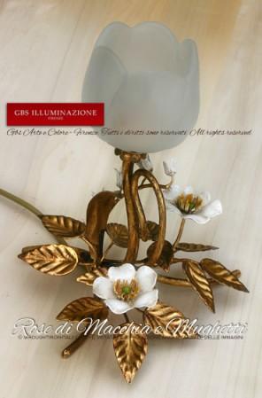 Lampada da comodino, abat-jour in oro anticato con rose macchia e mughetti in smalto bianco.