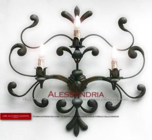 Applique in ferro battuto, nicchie forgiate, a tre luci, decorato a mano, collezione Alessandria di GBS. Tre luci. Su misura. Made in Italy