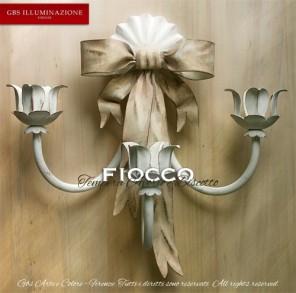 Fiocco a tre luci, applique in ferro battuto, finitura in tempera cenciata, colore bianco avorio e biscotto
