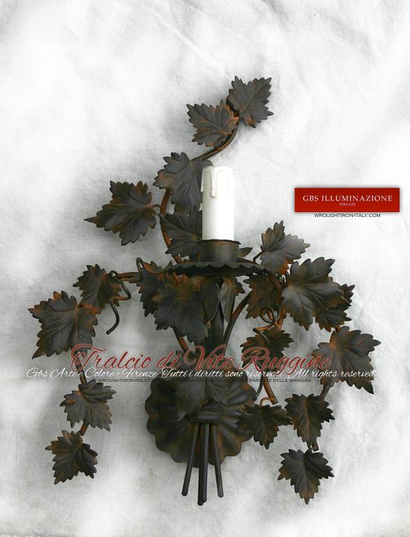 Applique in ferro battuto ad una luce. Tralcio di vite ruggine, ferro battuto decorato a mano.