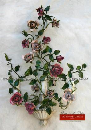 Treccia di Rose, applique in ferro battuto, smalto invecchiato, a tre luci. Bianco patinato, Rose rosa chiaro e rosa fucsia.