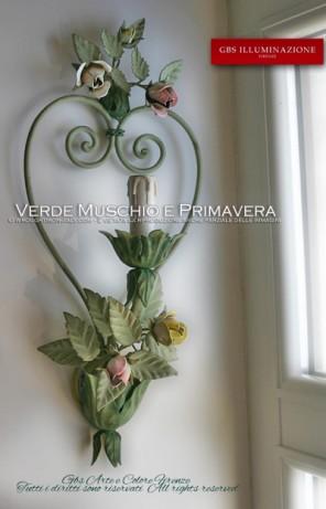 Applique con cuore di ferro forgiato e piccoli bouquet di rose e bocci. Tonalità del verde, colori pastello.