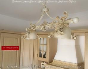 la cucina di Marco e Stefania, legno chiaro. Lampadario Bilanciere a due luci, collezione Alice con rose rampicanti e Edera. Bianco avorio patinato.