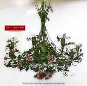 Lampadario a 8 luci, in ferro battuto decorato a mano, Collezione Calendimaggio Selvatica in smalto anticato con rose con sfumature del rosa.