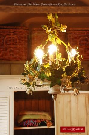 Lampadario ferro battuto bianco in smalto invecchiato, con foglie verdi e rose e bocci colore bianco inglese patinato, adatto ad un ambiente romantico o anche in stile Country