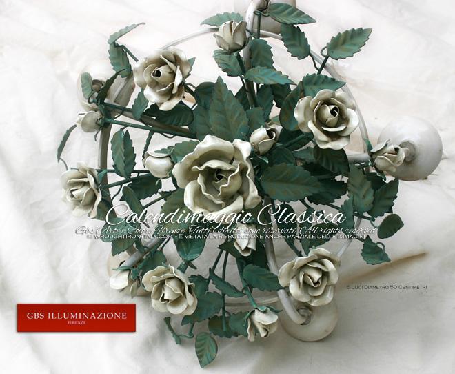 Calendimaggio Classica, Lampadario bianco in tempera e smalto. Con rose bianche