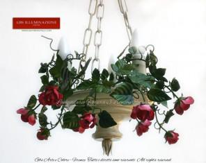 Lampdario rose rosa e amaranto versione con Catena, lampadario in ferro battuto con componenti realizzati al tornio, decorato a mano. Colore della sospensione bianco avorio, finitura il smalto patinato.