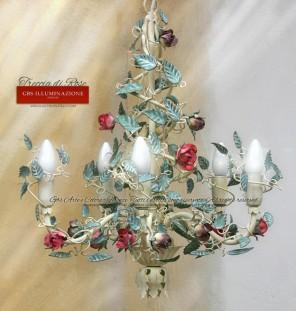 Camera da letto e sala da pranzo.Lampadario in ferro battuto, piccole rose, tempera bianco avorio, foglie verde menta, rosa amaranto, viola pastello.
