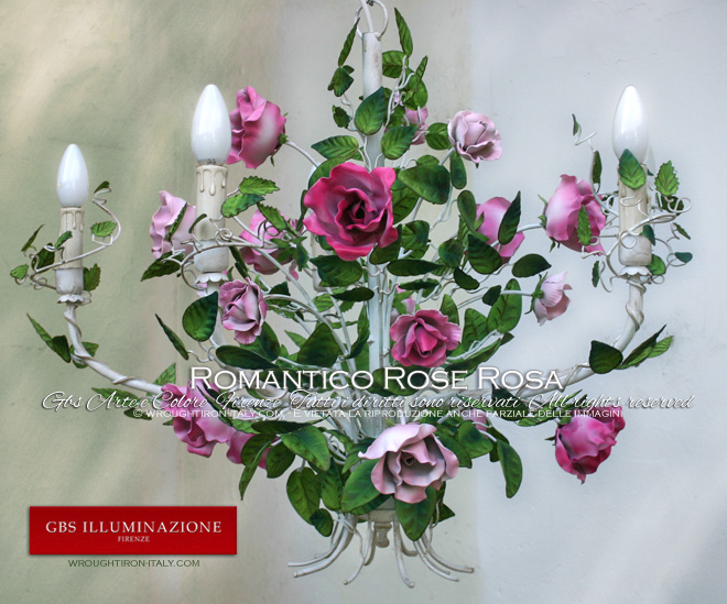 Lampadario bianco patinato, rose con le sfumature del rosa, smalto opaco. Made in Italy.