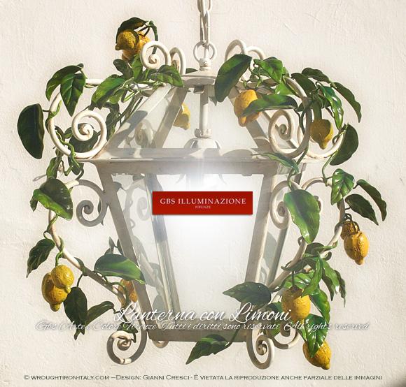 Lanterna in ferro battuto, pittura in smalto, con girali forgiati con Limoni e Foglie di Limone. Lanterna Classica con otto lati in vetro, una luce.