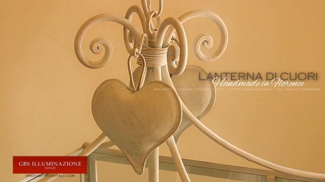 Lanterna cuori, dettaglio della parte superiore: girali forgiati con pendenti Cuore. In ferro battuto.