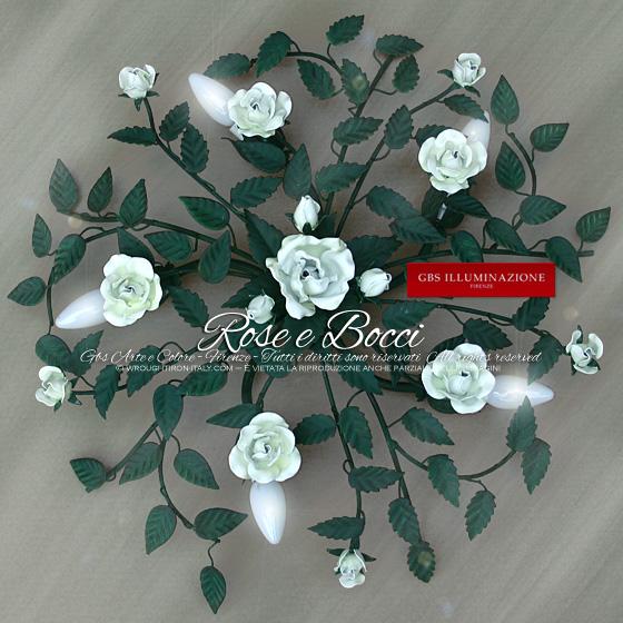 Plafoniera in ferro battuto, 5 luci, con piccolo bouquet centrale di singola rosa fiorita e tre bocci, rose bianche