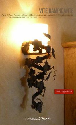 Applique Torciera in ferro battuto e decorato a mano. Vetro scavo colore The. Tralcio di vite su spirale di ferro forgiato.