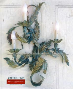 Wrought iron wall sconce hand-decorated with acanthus leaves in rag-rolled antique tempera. GBS FIRENZE. MADE IN ITALY