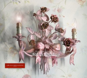 Romantic wall lamp with two lights, bow and ribbons, roses and buds, pink, gloss tempera and antiqued paint. Wall sconce, GBS Firenze