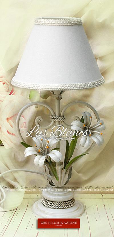 Lampe de chevet, lampe de table en fer forgé avec des lys blancs et finition émail blanc effet vieilli.