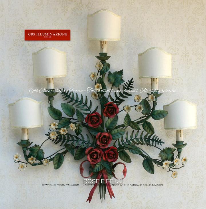 Bouquet di Rose e Felci. Interamente realizzato in ferro battuto e decorato a mano, l'applique a 5 luci è con finitura in smalto opaco e patina