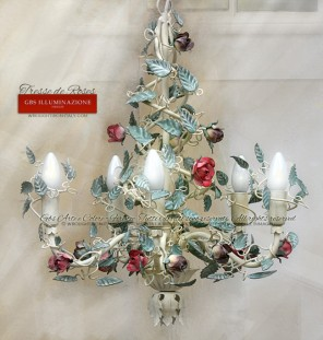 Lustre en fer forgé, petites roses, tempera blanc ivoire, feuilles vert menthe, rose amarante, violet pastel. Lustre à 5 lumières, Tresse de roses à la tempera, pour décorer des chambres romantiques