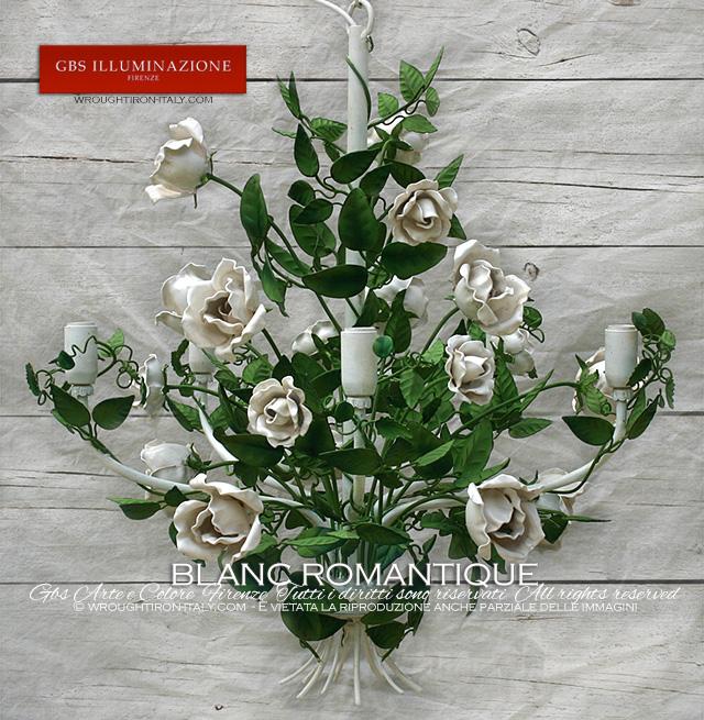 Lustre romantique Roses blanches. Lustre en fer forgé, Collection Romantique, 5 lumières, tempera verte effet vieilli, émail blanc patiné, rosiers grimpants.