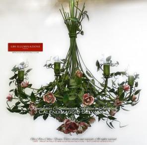 Kronleuchter 8 Lichter, aus Schmiedeeisen und von Hand bemalt, Kollektion Calendimaggio Selvatica in Antiklack mit Rosen in rosa Schattierungen.