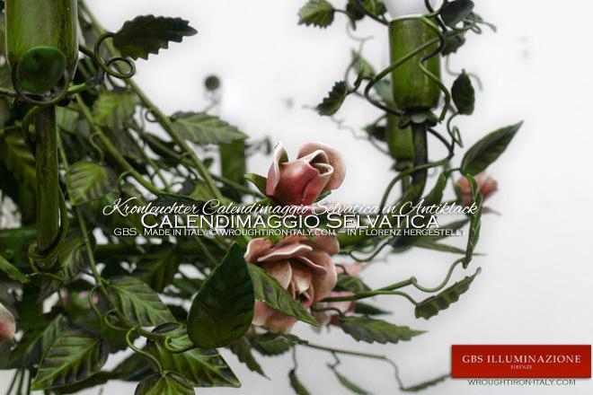 Kronleuchter aus Schmiedeeisen Calendimaggio Selvatica. Um die Lichter herum Blätter der Kletterrosen. Rosenzweige und Knospen aus Schmiedeeisen.