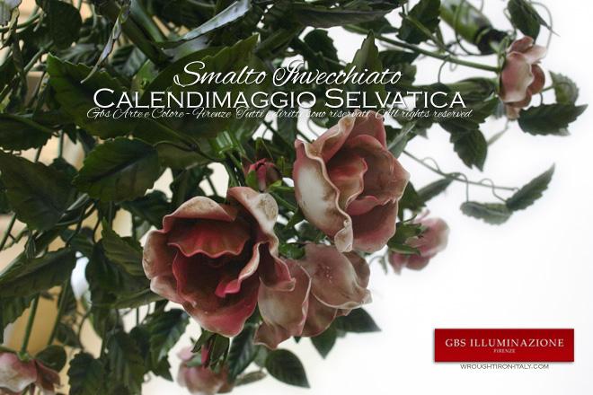 Detail des Kronleuchters Calendimaggio: das zentrale Bouquet, bestehend aus drei großen Rosenblüten und drei kleinen Rosenknospen.