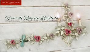 Applique a due luci in ferro battuto e decorato a mano. Ramo con rose e e bocci di rose in tempera patinata.