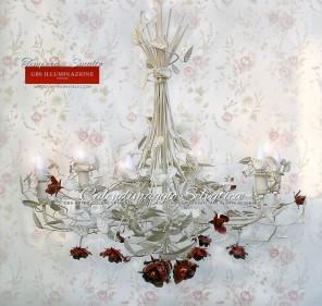Lampadario Bianco e rose rosse. Calendimaggio Selvatica