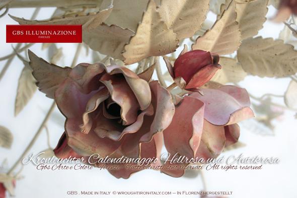 Schmiedeeiserner Kronleuchter in Weiss hell und antikrosa Rosen