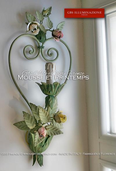 Applique romantique avec cœur en fer forgé et petits bouquets de roses et de boutons. Bouquet de roses.