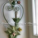 Romantische Wandleuchte mit einem Herz aus Schmiedeeisen und kleinen Sträußen aus Rosen und Knospen.