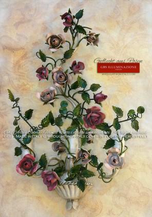 Geflecht aus Rosen, Wandleuchte aus Schmiedeeisen mit Antiklack und drei Birnen. Patiniertes Weiß, Hellrosa und Fuchsie.
