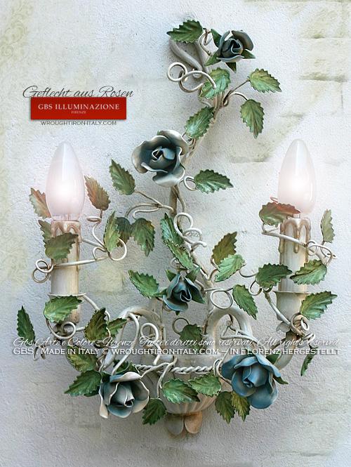 Weißer Antiklack, Rosenblüten und -knospen in hellblauem Antiklack, Wandleuchte aus Schmiedeeisen von GBS, von Hand bemalt.