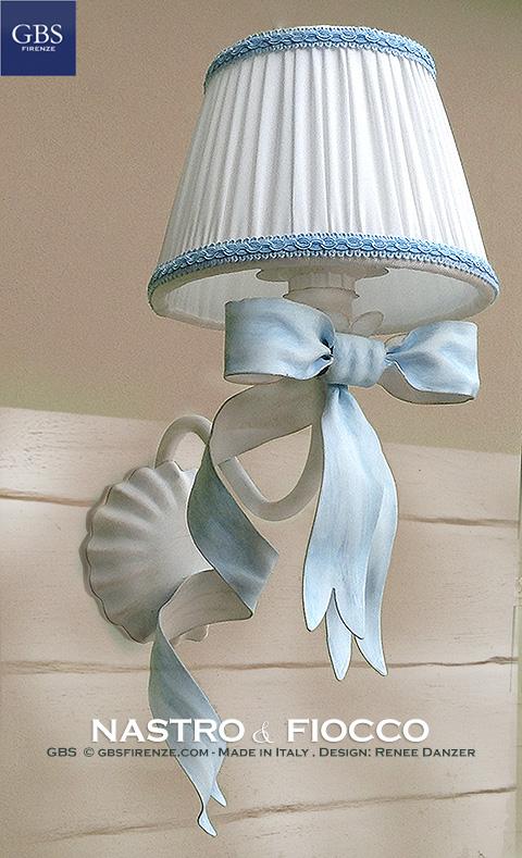 Nastro & Fiocco. Applique a 1 luce. Design Renee Danzer. Ferro battuto e decorato a mano.