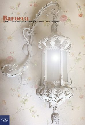 Barocca. Lanterna Foglie d'Acanto. Colore bianco. Con braccio forgiato a parete.